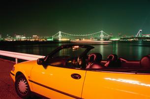 車とレインボーブリッジの写真素材 [FYI03870859]