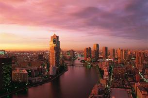 勝どきから望む隅田川と中央大橋と永代橋の夜景の写真素材 [FYI03870874]