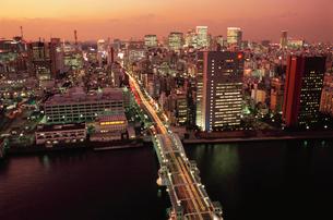 勝どきから望む勝鬨橋と東銀座方面の夜景の写真素材 [FYI03870881]