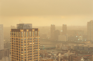 黄砂の勝どきから望む東方面の夕景の写真素材 [FYI03870884]