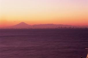 海ほたるから望む富士山と横浜方面の写真素材 [FYI03870896]