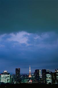 勝どきから望む東京タワー方面の夜景の写真素材 [FYI03870906]