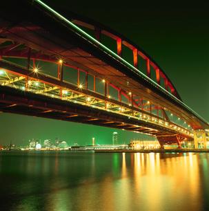 ポートアイランド北公園から神戸大橋越しに望むハーバーランドの写真素材 [FYI03870958]