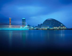 神戸ハーバーランドから望むポートタワーと神戸海洋博物館の写真素材 [FYI03870973]