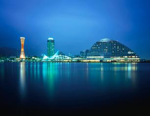 神戸ハーバーランドから望むポートタワーと神戸海洋博物館の写真素材 [FYI03870974]