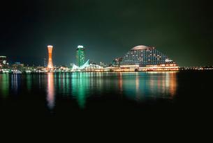 神戸ハーバーランドから望むポートタワーと神戸海洋博物館の写真素材 [FYI03870975]