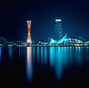 神戸ハーバーランドから望むポートタワーと神戸海洋博物館の写真素材 [FYI03870976]