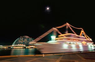 神戸ハーバーランドから望む月と観光船の写真素材 [FYI03870982]