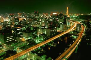 阪神高速と三宮方面の夜景の写真素材 [FYI03870997]