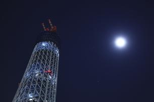 建築中の東京スカイツリーと月の写真素材 [FYI03871048]