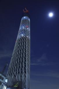 建築中の東京スカイツリーと月の写真素材 [FYI03871050]