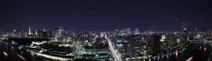 東京タワーと東京スカイツリーの夜景の写真素材 [FYI03871091]