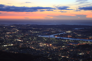 皿倉山から眺める北九州の夜景と響灘の漁り火の写真素材 [FYI03871107]