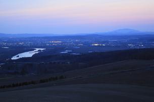 戸外炉峠駐車公園から眺める深川市街の夕景の写真素材 [FYI03871116]