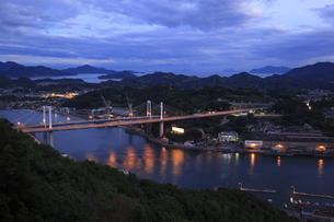 浄土寺山展望台から望む尾道水道と尾道大橋の夕景の写真素材 [FYI03871138]
