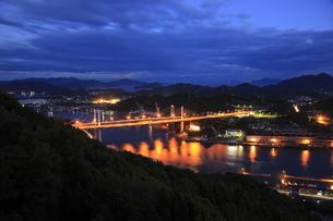 浄土寺山展望台から望む尾道水道と尾道大橋の夜景の写真素材 [FYI03871143]