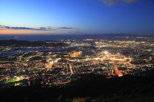 皿倉山から眺める北九州の夜景と響灘の写真素材 [FYI03871180]