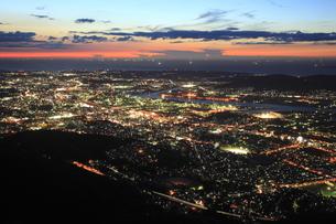 皿倉山から眺める北九州の夜景と響灘の漁り火の写真素材 [FYI03871181]