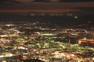 皿倉山から眺める北九州の夜景と響灘の漁り火の写真素材 [FYI03871183]
