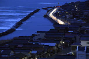 良寛と夕日の丘公園から眺める日本海と出雲崎町の夕景の写真素材 [FYI03871210]