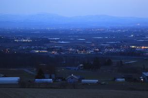 戸外炉峠駐車公園から眺める深川市街の夕景の写真素材 [FYI03871219]