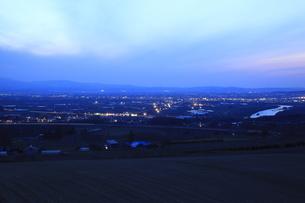 戸外炉峠駐車公園から眺める深川市街の夕景の写真素材 [FYI03871220]