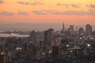 神戸市灘区付近から眺める神戸港と三宮方面の夕景の写真素材 [FYI03871223]