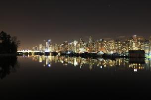 スタンレーパークより望むウォータフロントのビル群の夜景の写真素材 [FYI03871238]