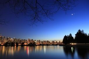スタンレーパークより望むウォータフロントのビル群の夜景の写真素材 [FYI03871240]