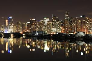 スタンレーパークより望むウォータフロントのビル群の夜景の写真素材 [FYI03871242]