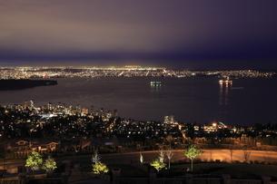 ウエストバンクーバーから望むバンクーバー市街の夜景の写真素材 [FYI03871247]