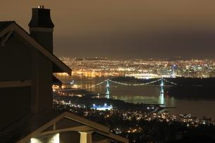 ウエストバンクーバーから望むバンクーバー市街の夜景の写真素材 [FYI03871249]