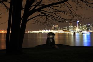 スタンレーパークより望むウォータフロントの夜景の写真素材 [FYI03871250]