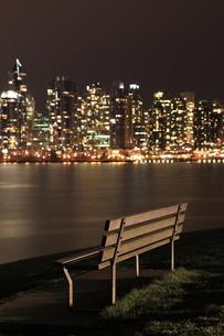 スタンレーパークのベンチとウォータフロントのビル群の夜景の写真素材 [FYI03871251]