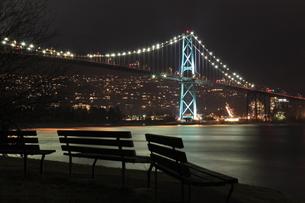 スタンレーパークのベンチとライオンズゲートブリッジの夜景の写真素材 [FYI03871256]