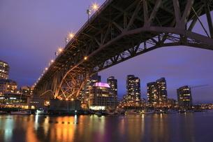 グランビル橋とマンション群の夜景の写真素材 [FYI03871261]