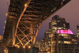 グランビル橋とマンションの夜景の写真素材 [FYI03871262]