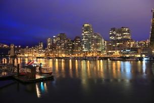 グランビルアイランドから望むマンション群の夜景の写真素材 [FYI03871263]