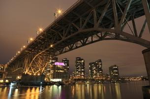 グランビル橋とマンション群の夜景の写真素材 [FYI03871264]
