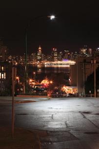 ノースバンクーバーから望むバンクーバー市街の夜景の写真素材 [FYI03871270]