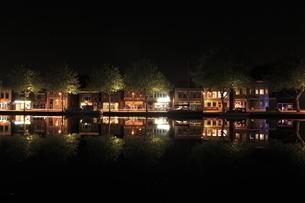 アムステルダム郊外の水辺の夜景の写真素材 [FYI03871300]