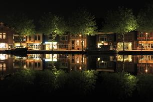 アムステルダム郊外の水辺の夜景の写真素材 [FYI03871301]