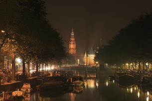 運河越しに見る南教会と計量所の夜景の写真素材 [FYI03871305]