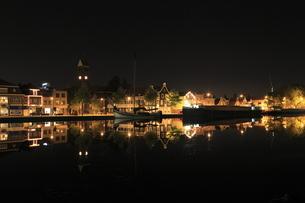 アムステルダム郊外の水辺の夜景の写真素材 [FYI03871312]