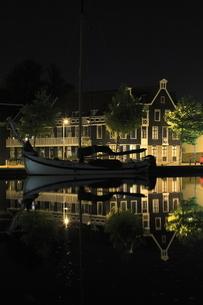 アムステルダム郊外の水辺の夜景の写真素材 [FYI03871317]