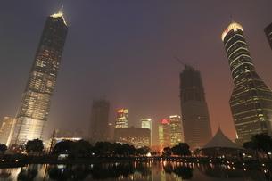 上海陸家中心緑地から望む浦東の高層ビルの夜景の写真素材 [FYI03871372]