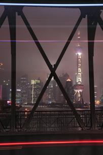 外白渡橋から望む浦東の高層ビルの夜景の写真素材 [FYI03871393]