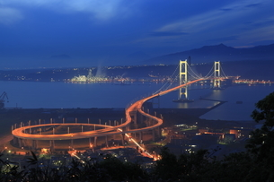 鍋島山から望む白鳥大橋の夕景の写真素材 [FYI03871398]