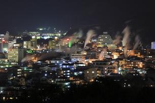 湯けむり展望台から眺める別府温泉の夜景の写真素材 [FYI03871458]