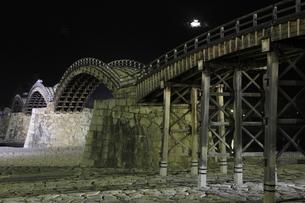 錦帯橋の夜景の写真素材 [FYI03871472]